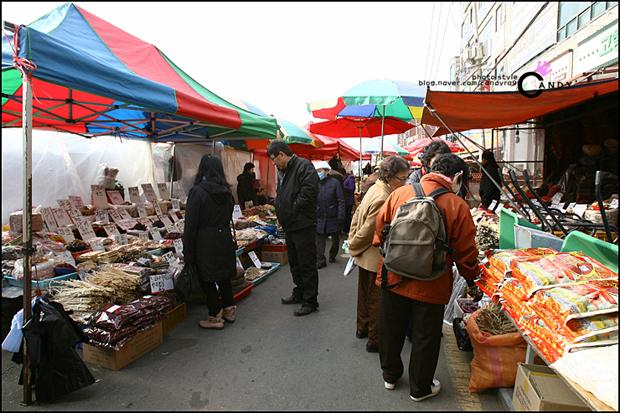 시장을 둘러보는 사람들의 모습