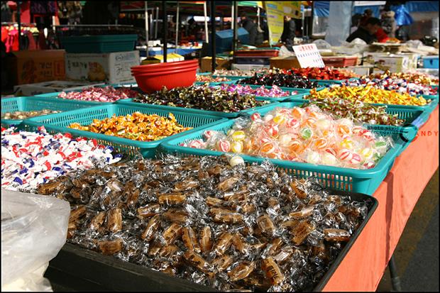 카라멜, 사탕등을 파는 모습