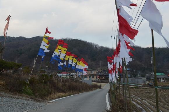 길 양쪽으로 설치 된 깃발들