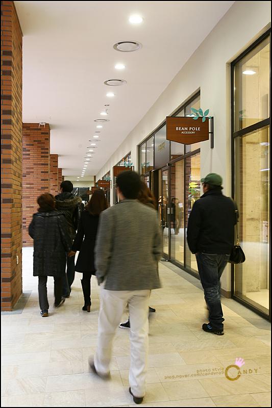 매장을 따라 걷는 사람들의 모습