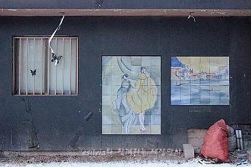 벽에 걸린 작품들의 모습