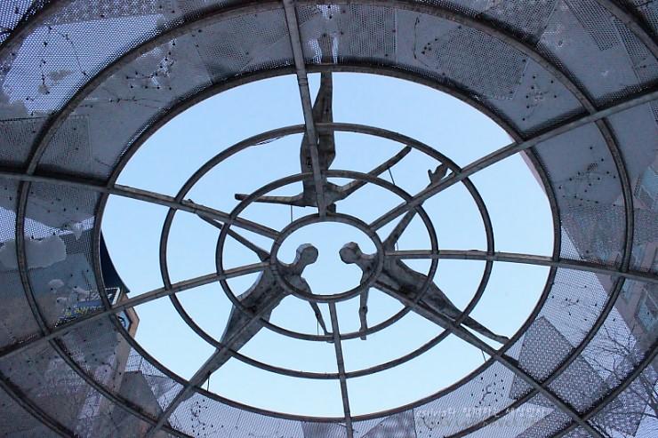 천장에 만들어진 조형물의 모습