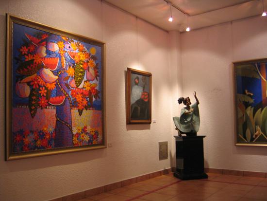 벽에 걸린 그림과 조형물