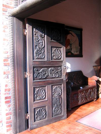 조각이 된 문의 모습