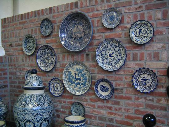 벽에 걸린 접시들