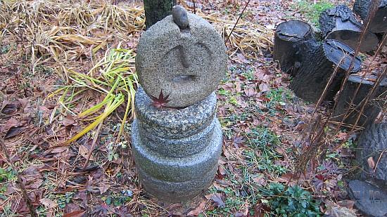 동그란 돌을 쌓아놓은 조형물