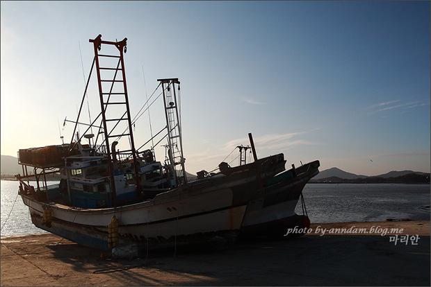 정박해있는 배의 모습