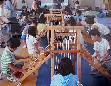 미니 거중기를 사용해보는 아이들의 모습