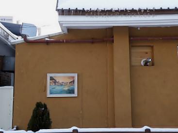 황토색 벽에 걸린 작품의 모습