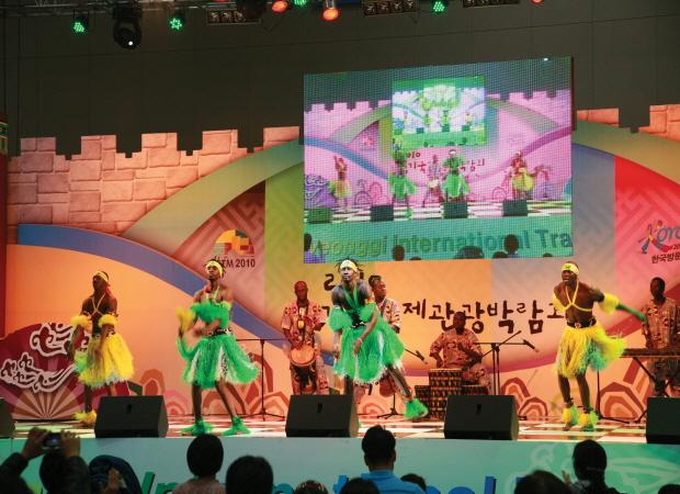 공연을 하는 외국인들의 모습