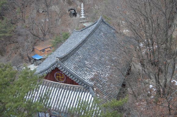 절의 지붕 모습