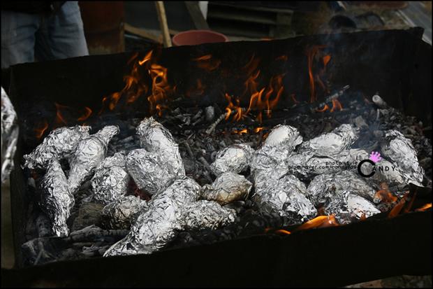 불 안에서 호일에 쌓인 군고구마들