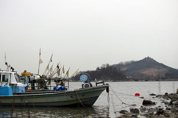 정박해 있는 배의 모습