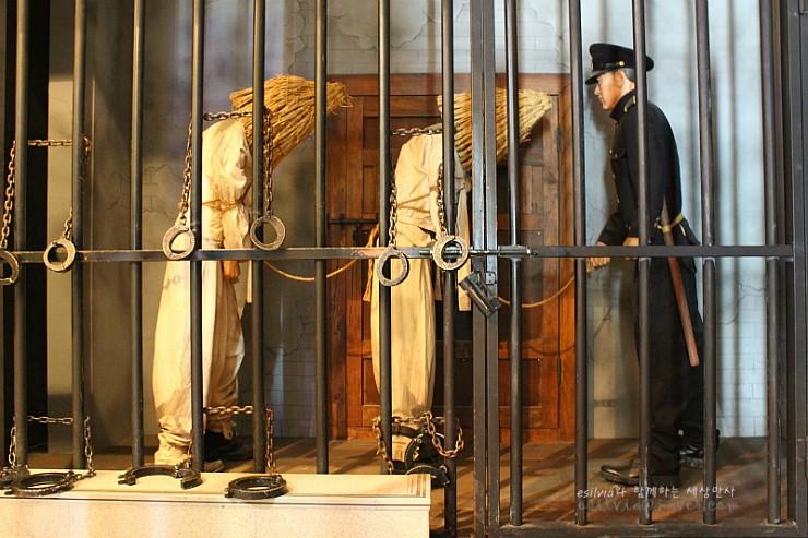 감옥에 끌려오는 사람들의 모형
