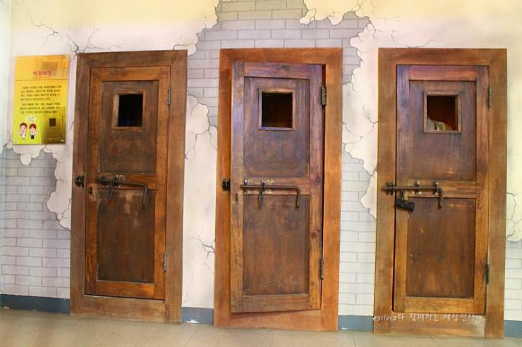문으로 된 감옥의 입구