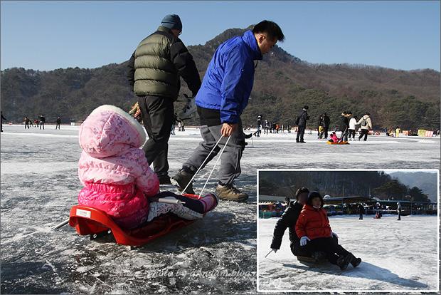 아이의 얼음썰매를 끌어주는 모습