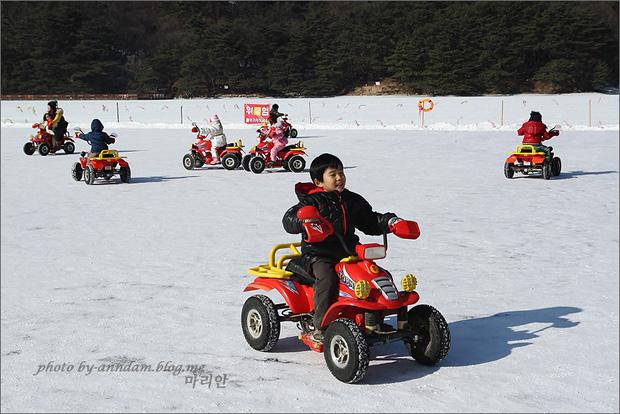 아이들이 어린이용 ATV를 타는 모습