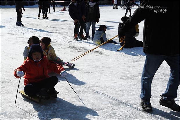얼음썰매를 타는 아이의 모습
