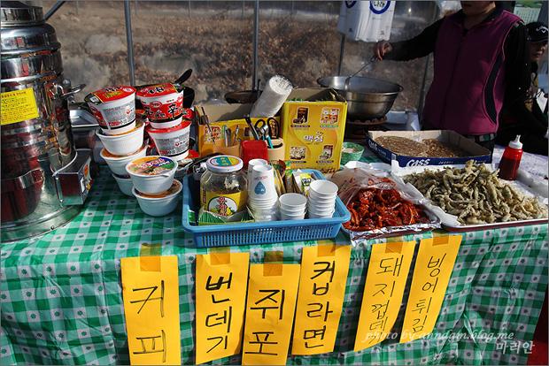 커피, 번데기, 쥐포, 컵라면, 돼지껍데기, 빙어튀김을 파는 모습