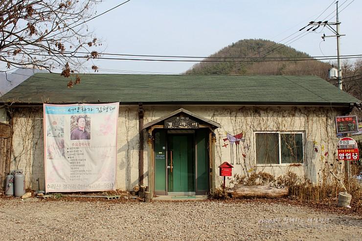 서양화가 김형태 현수막이 걸린 갤러리의 모습