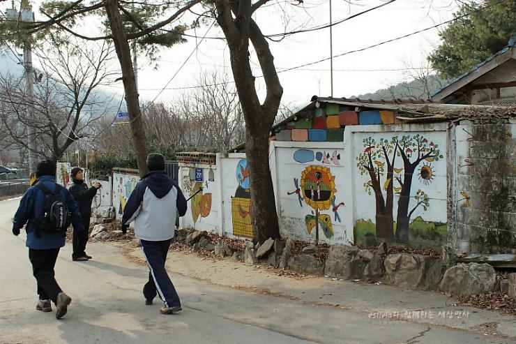 벽화길을 걷는 모습