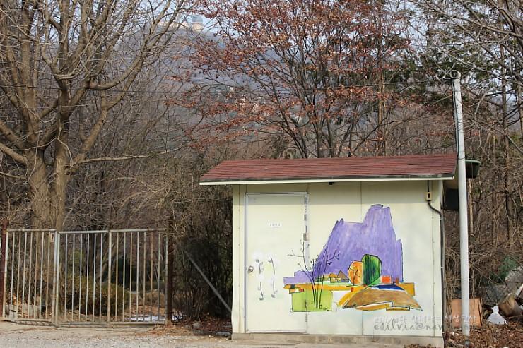 작은 집에 그려진 벽화