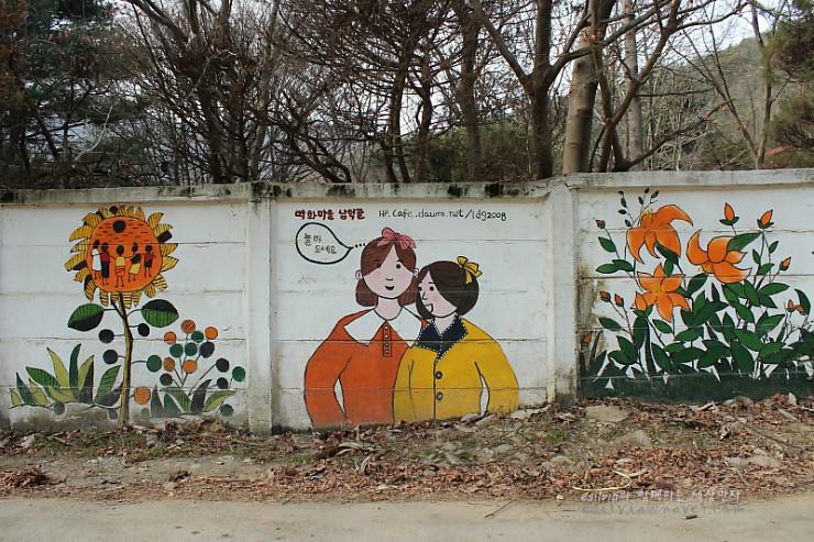 여자아이들과 꽃그림 벽화