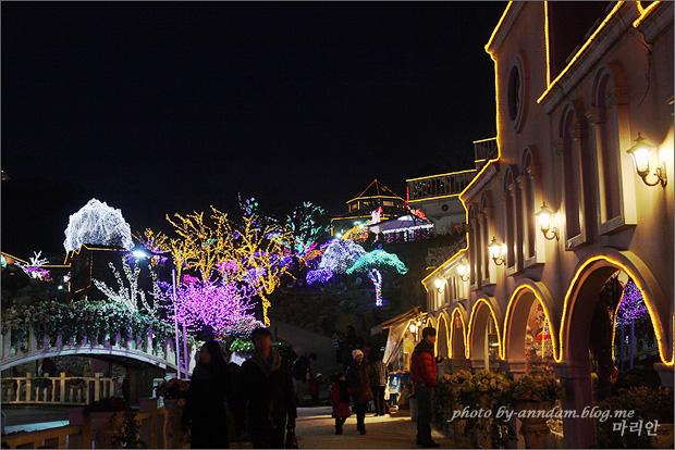 베네치아 공연장 근처에 불빛들이 켜진 모습