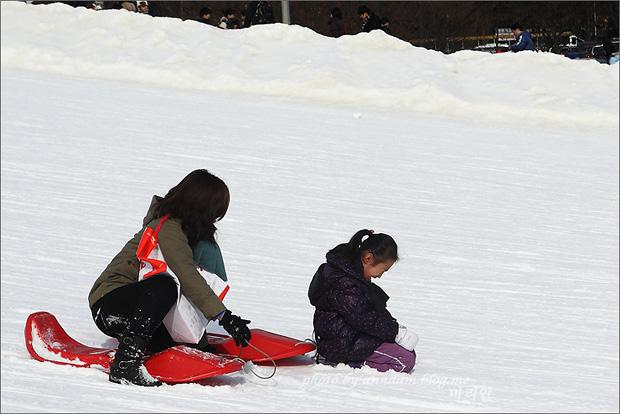 눈밭에서 울고있는 아이의 모습