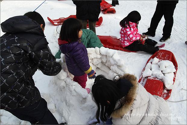 이글루를 만드는 아이들의 모습