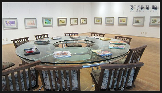 동그란 책상과 의자들의 모습