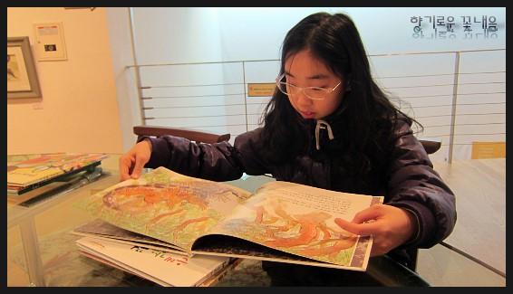 책을 읽는 아이의 모습