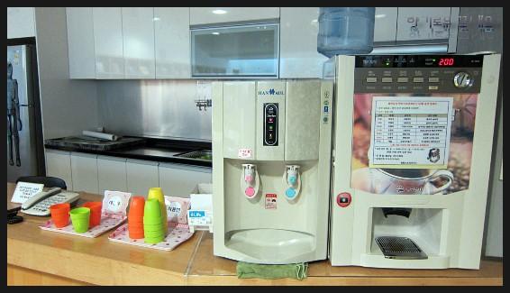커피기계와 정수기의 모습