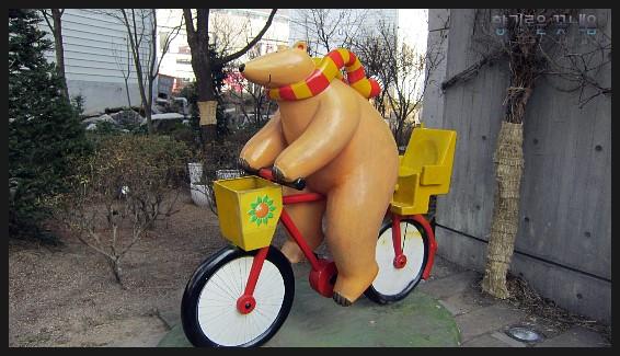 자전거를 타는 곰 모양의 조형물