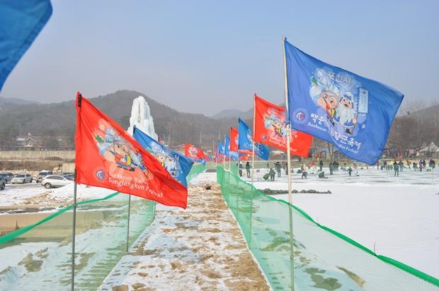 깃발들이 꼿혀있는 길의 모습