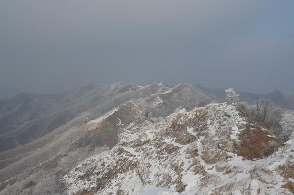 멀리 보이는 눈덮인 산