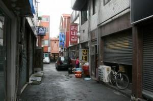 골목길에 있는 김네짐의 모습