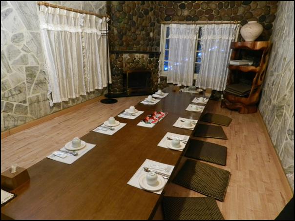 물컵과 수저가 세팅되어 있는 장군 수산 내부의 테이블의 모습