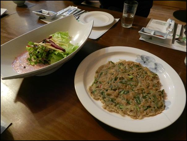 샐러드와 넓은 전의 모습