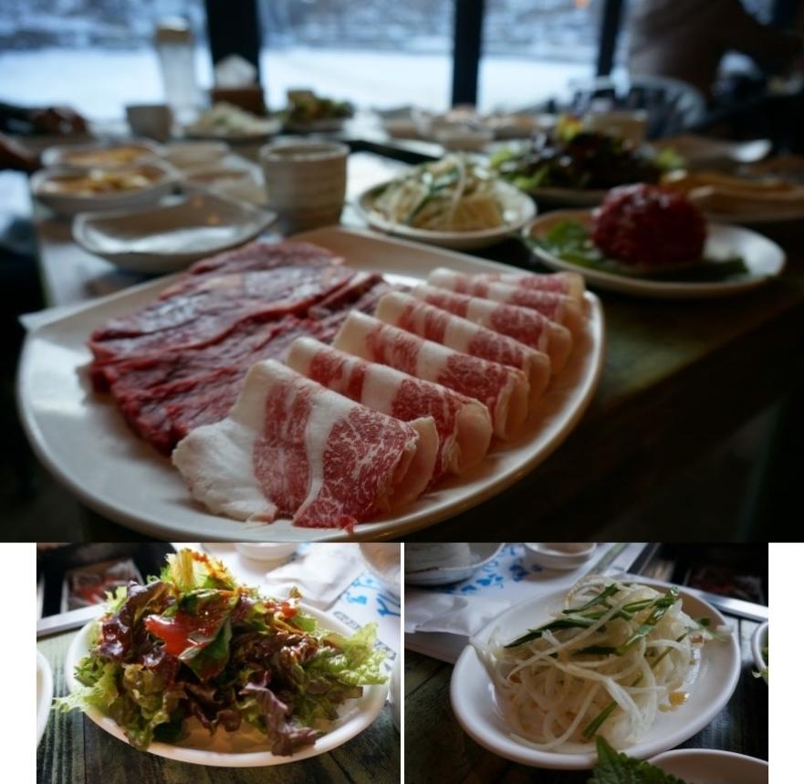흰 그릇에 담겨 있는 한우의 모습, 양파를 채 썰어논 모습, 상추 샐러드의 모습