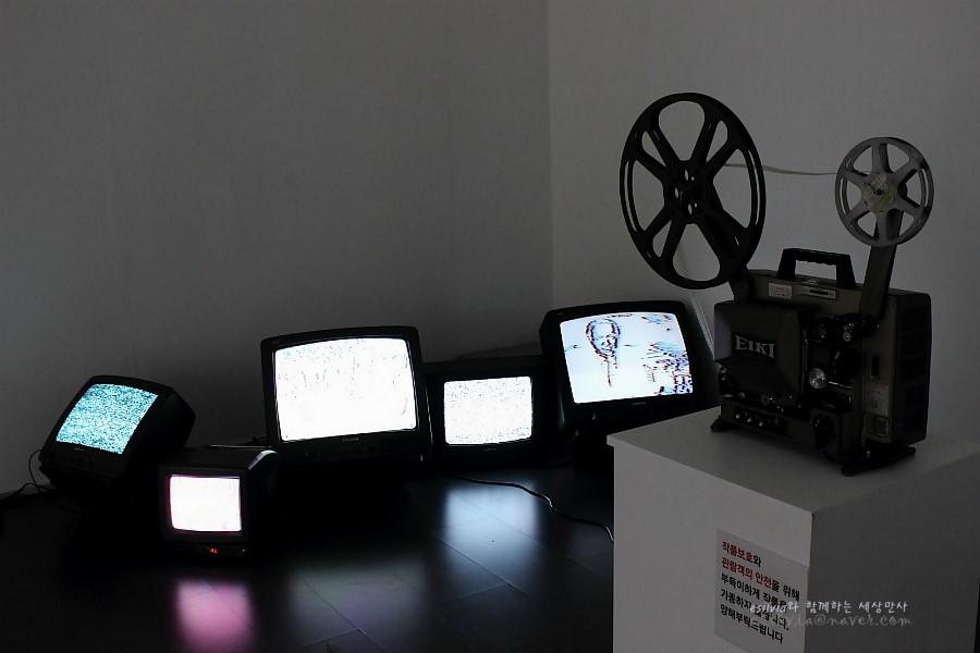 TV와 영사기를 이용한 작품