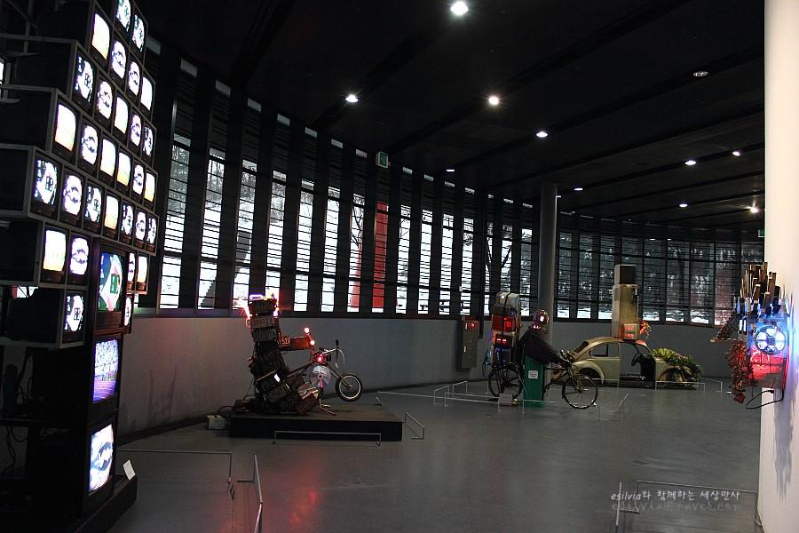 다양한 작품들이 전시되어 있는 센터 내부의 모습