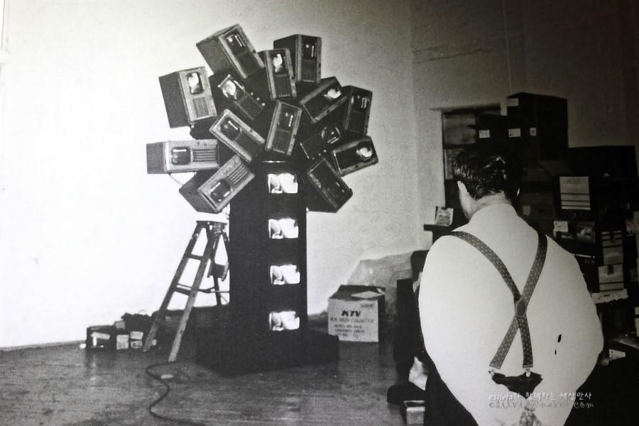작품앞에서 있는 백남준의 흑백사진