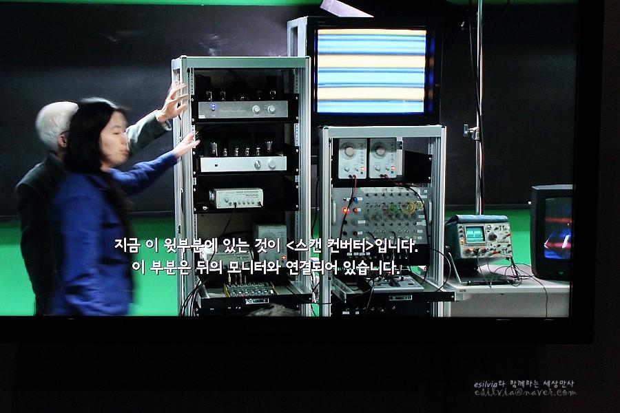 백남준 작품의 기계에 대해서 설명하는 영상의 모습
