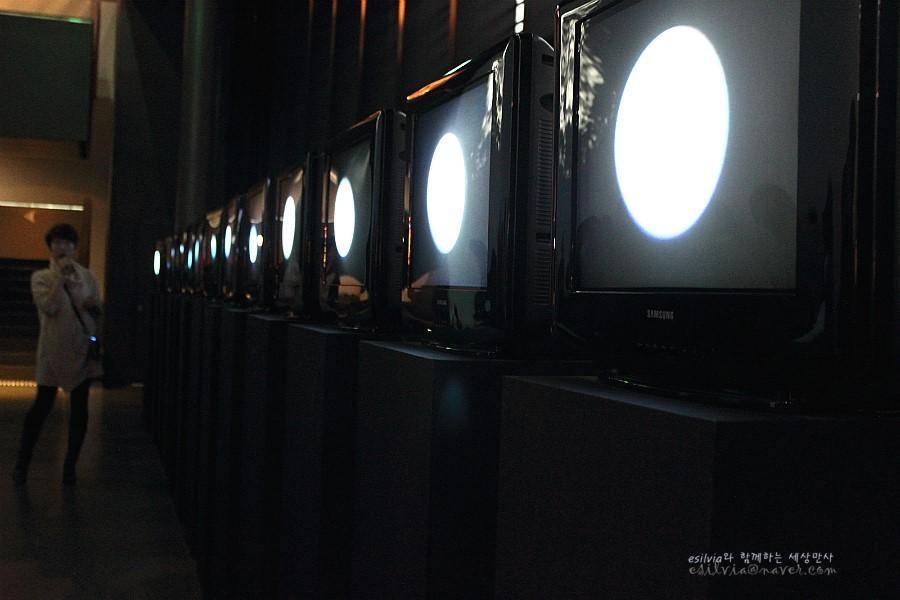 달은 가장 오래된 TV라는 작품의 모습
