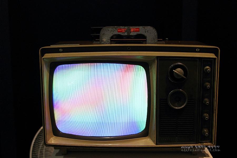 작품에 사용되는 TV의 모습