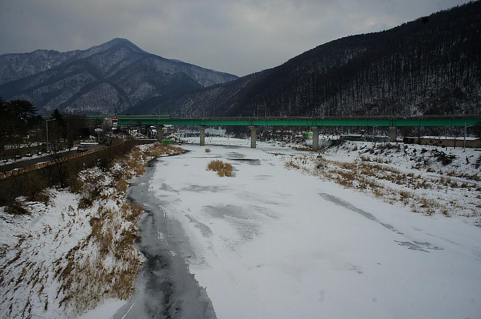 빙판과 그 위의 경춘선 철로의 모습