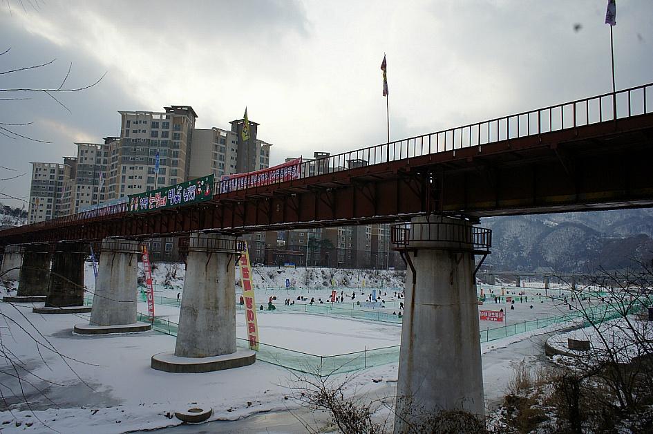 여러 현수막이 달려 있는 경춘선 옛 철로의 모습
