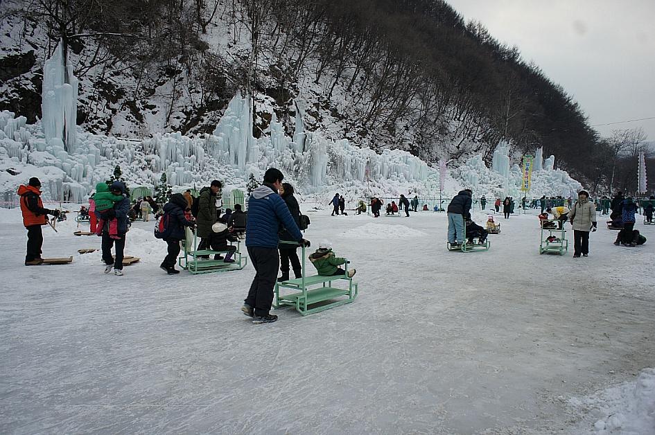 얼음 썰매를 타고 있는 사람들