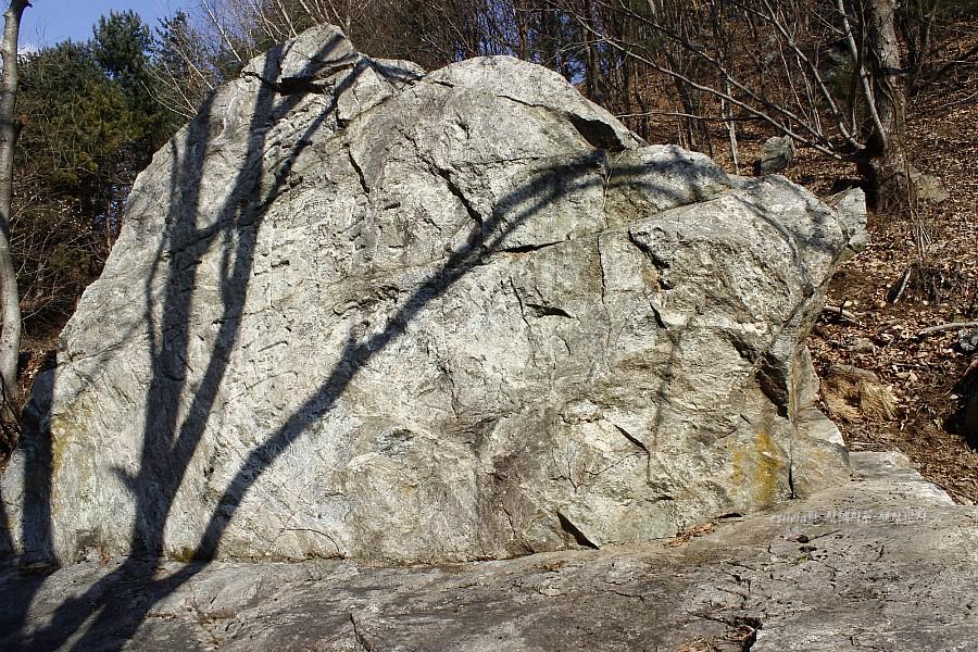 산에 있는 바위의 모습